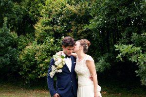 mariage naturel et champêtre à montauban, seance couple mariés, robe dentelle et costume bleu,photographe toulouse, passionnée, végétal