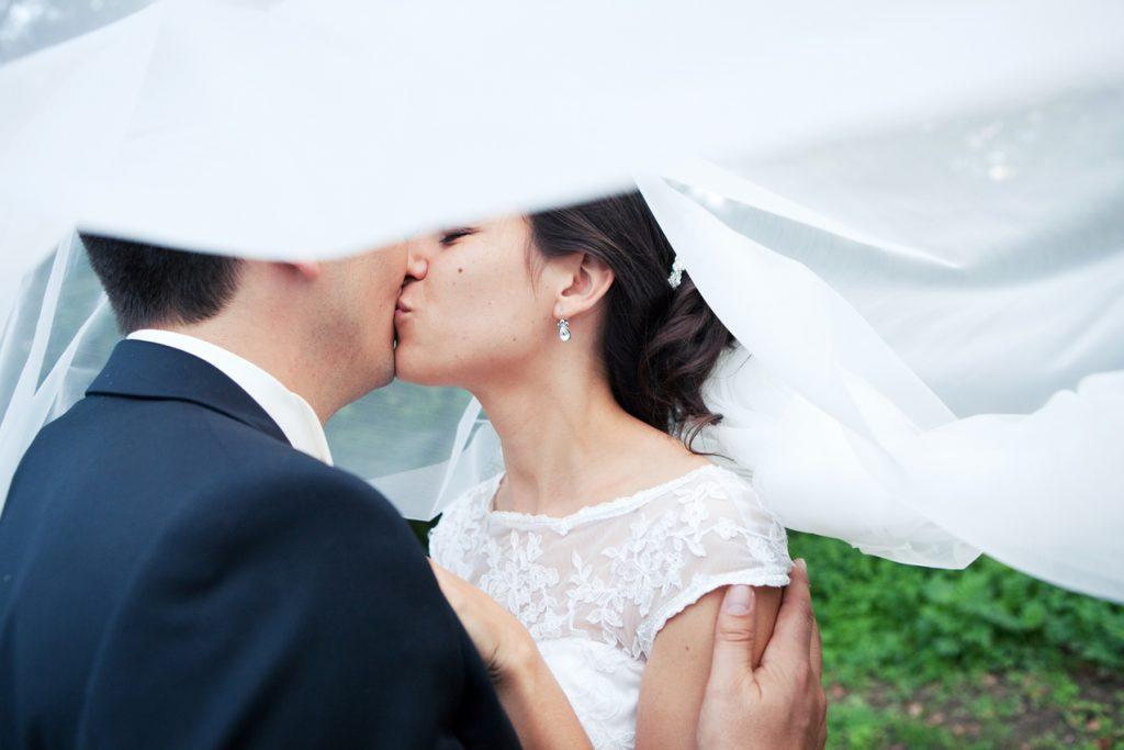 Mariage nature à Toulouse, séance photo couple mariés, Cygne Noir Studio